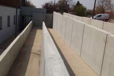 Construction d'une rampe PMR en mur précoffré et béton désactivé